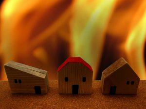 北九州市で住宅火災 2人の遺体発見 80代夫婦か