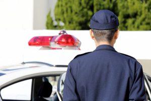 公園に車突っ込み65歳男逮捕 「駐車券取ろうとして」