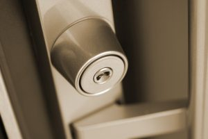 江東区:アポ電強盗殺人 事件30分前「玄関は施錠」