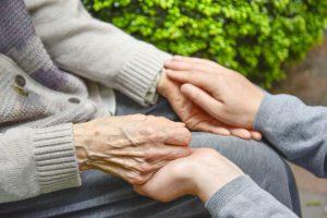 高齢者の見守り:遠方で暮らす子世代の半数以上が不安を感じる