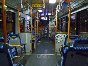 高齢者に席を譲るべき? バスの中で席を巡り言い争い