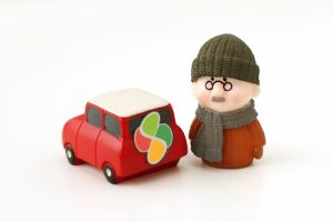 高齢ドライバーの危険性 免許定年制の導入が必要か