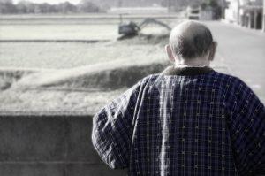 高齢者の孤独死問題 妻に先立たれた夫は弱る傾向に