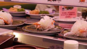 回転寿司でポテトをつまみ食いする高齢者の動画が炎上