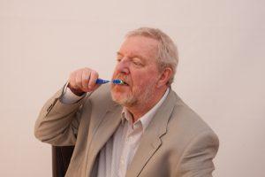 福岡:老人ホームで誤嚥性肺炎を防ぐ 口腔ケアが重要
