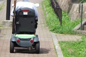 高齢者の新たな足、シニアカー 危険走行が相次ぐ