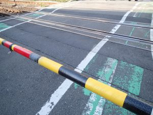 近鉄長島駅の踏切近くで高齢男性が電車にはねられる