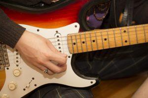 認知症でもギターはバリバリ弾く男性 ロッカー魂は不滅