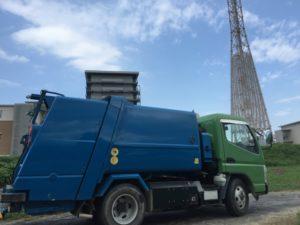 走行中のゴミ収集車から77歳男性が転落し重体 秦野市