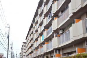 高齢女性の頭にハサミが刺さり死亡 大阪・西成の市営住宅